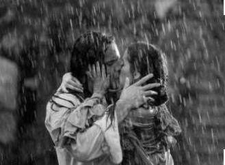 küssendes pärchen im regen