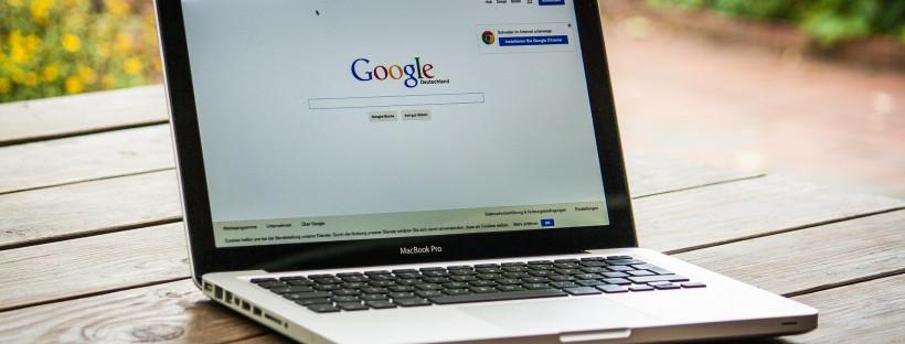 Laptop mit Googleseite offen